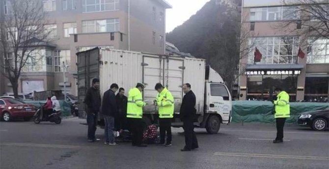 迁西县:小货车与电动车相撞!