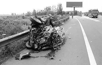 惊!大货车高速上倒车叹!面包车车毁人受伤