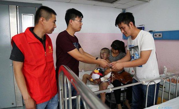 大燕网追踪:2万元善款送至氢气球炸伤者家属手中