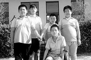 河北河间四名小学生悉心照料骨折同学