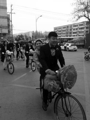 """骑自行车迎娶新娘 河北一对新人办""""单车婚礼"""""""