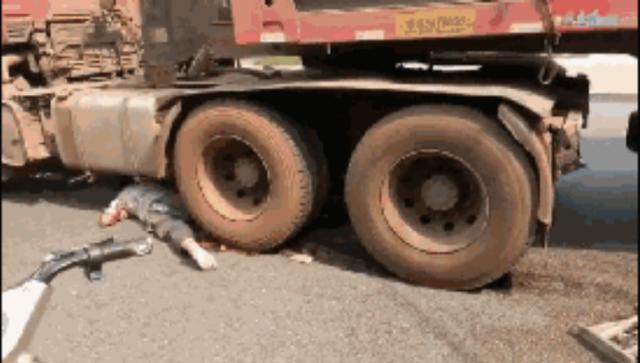 河北突发大货车碾轧行人事故 现场十分惨烈