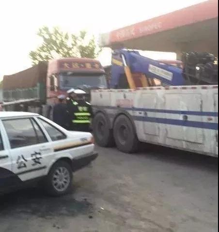 遵化一超载车抗拒执法 司机被行拘、罚款并扣分