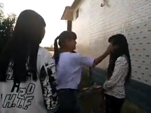 打女孩脚心视频