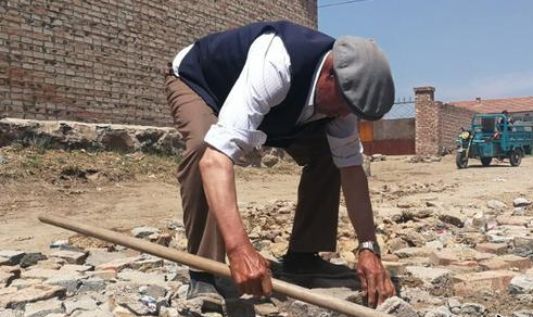 河北一名老人自愿修路三余载 已修复300多个坑洼
