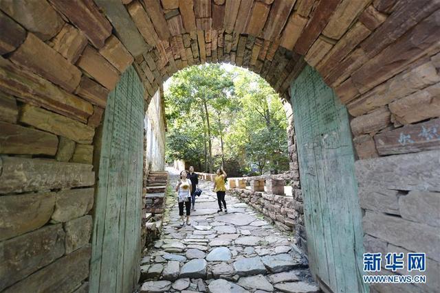 (社会)(3)探访太行深山古村落——英谈石寨