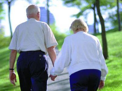 老年人晚上散步别贪多
