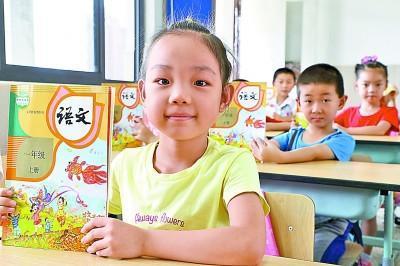 上海市金山区海棠小学一年级新生展示领到的语文部编教材。 新华社发