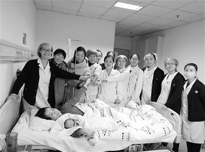 医护人员和病床上的刘瑞娜