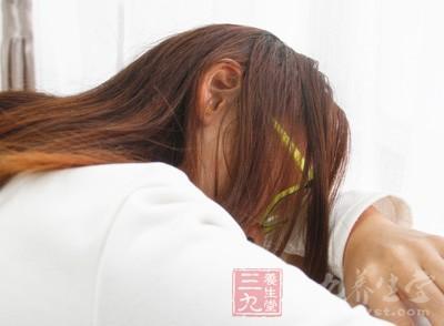 睡觉姿势扭曲,也可能会导致颈纹产生