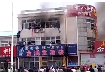 唐山乐亭一酒楼突发大火 关键时刻机智小伙救了众人