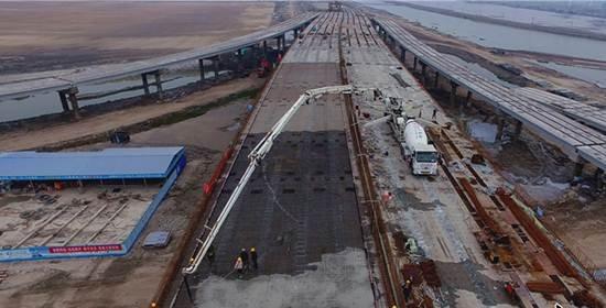黄骅港疏港公路综合枢纽互通工程紧张施工