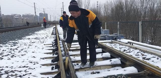 保定工务段应对强降雪天气 护航春节回程路