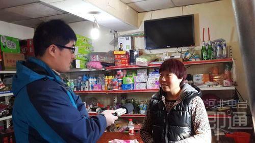记者史雅博(左)在青云超市库房采访张青云大姐(右)(刘梁 摄)图片