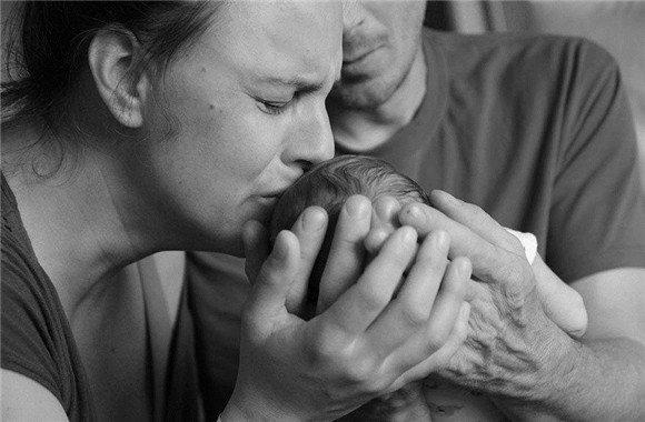 父母与去世宝宝最后的合照 心如刀割