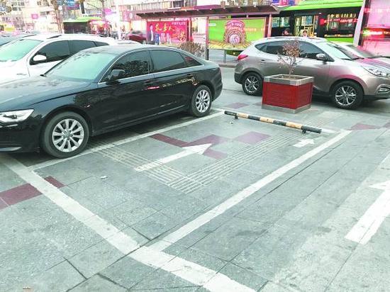 秦皇岛现奇葩停车场 居然规划在盲道上