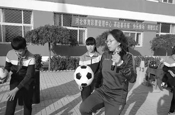 """快乐操场走进沧州小学""""大牌球星给我们上足球课"""""""