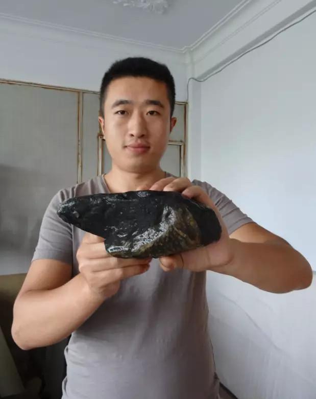河北一市民捡到奇石 有人出价100万元