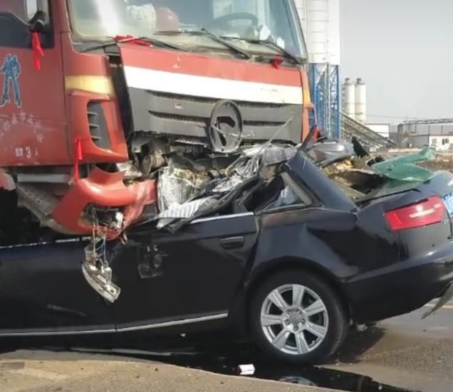 河北一奥迪撞进大货车底 司机不幸身亡
