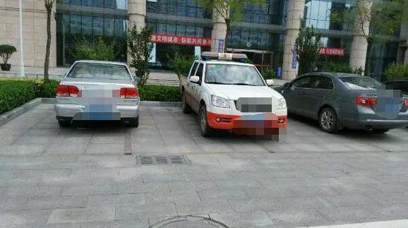 迁安:一车占俩车位现象引市民反感