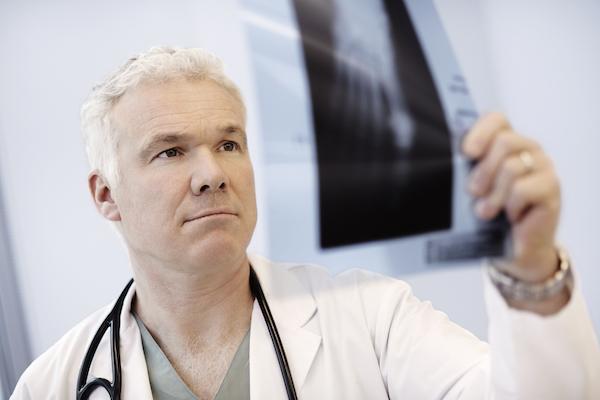 骨折了,为何医生不立刻安排手术?