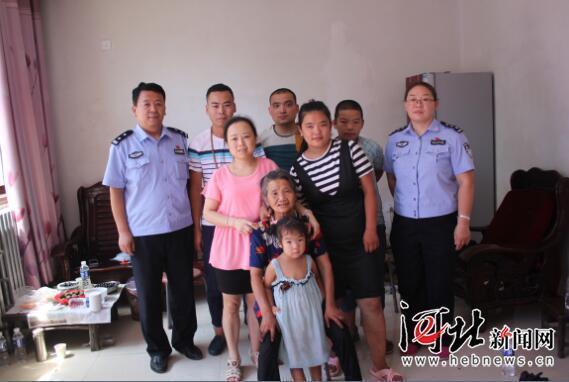 王秀华一家人与民警合影.图片