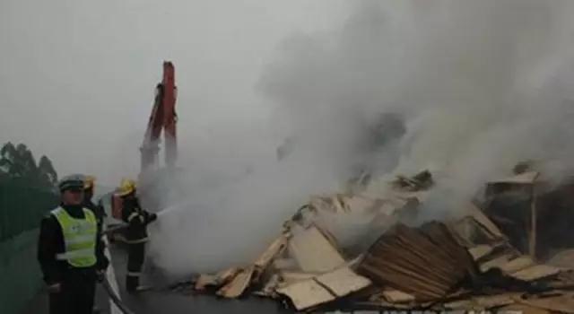 大货车运输木材半路起火 迁西民警及时扑救