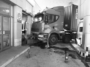 有人抢车?原来是忘拉手刹大货车撞上加油站房屋