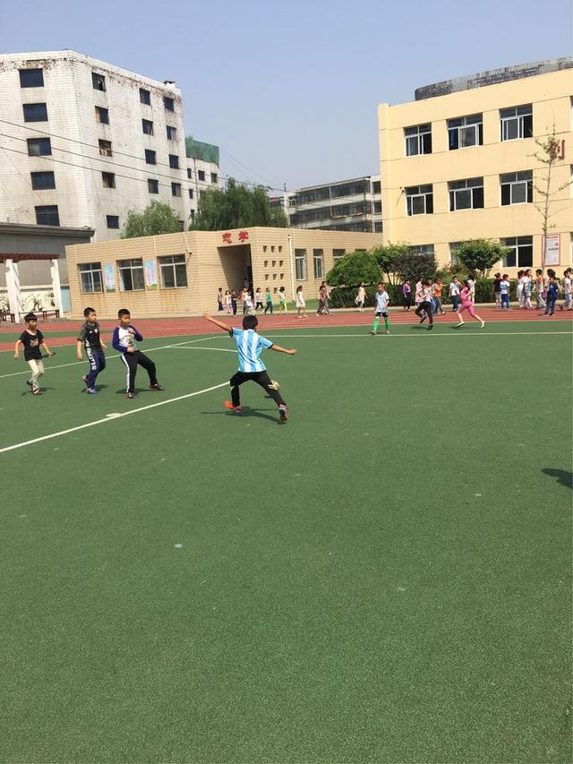 日前,秦皇岛市海港区交建里小学校园足球三年级对抗赛圆满落幕.