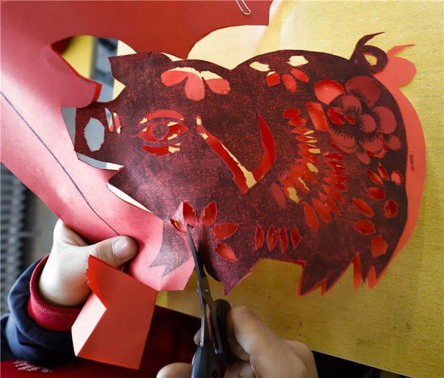 同学们通过剪纸,绘画,手工制作等艺术形式,创作猪年生肖作品,体验传统图片