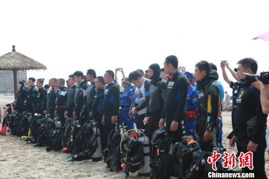 秦皇岛志愿者负重30公斤潜入海底清理近海垃圾