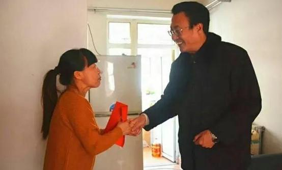 唐山市文明委领导慰问贫困道德模范等先进代表