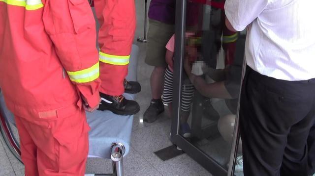 天津3岁男童头被卡推拉门缝一度脱水