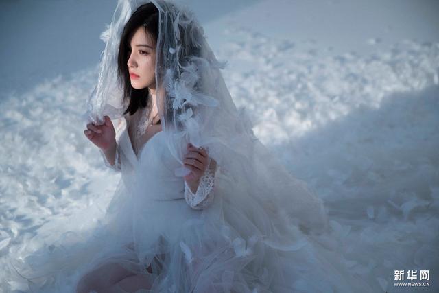 """杨子姗演绎风尚""""南极"""" 白纱灵动衬衫随性"""