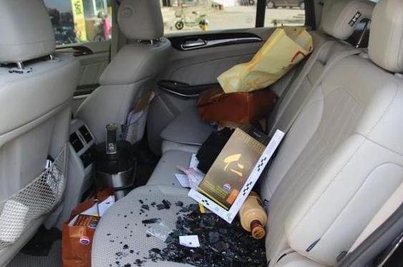 男子砸坏5辆汽车车窗盗窃 被警方抓获