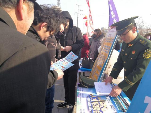 昌黎大队走进人才市场招聘会现场开展消防宣传活动