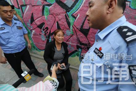 长安交警大队交警正在盘问非法收费的女子。