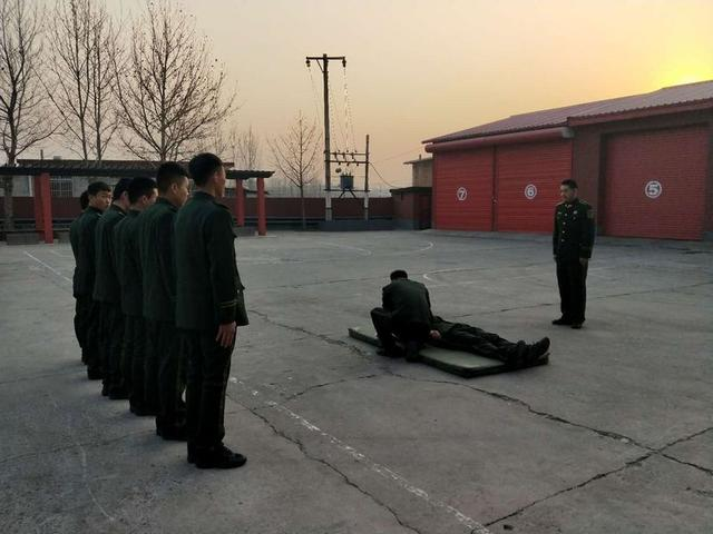 卢龙中队积极组织官兵开展现场急救学习