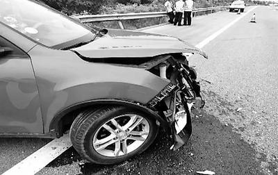 一女子在高速上疲劳驾驶 轿车左右摇摆撞向护栏