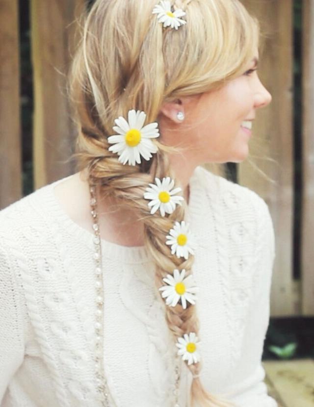 3.鱼尾辫+花朵 黄色和白色相间的野花是最好的装饰品。这些小小的花朵非常适合夏天的造型,而且也为婚礼增添了一丝欢乐的色彩。