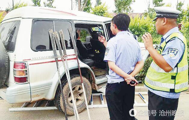 沧州:越野车撞车后扎进路边绿化带 车内发现砍刀
