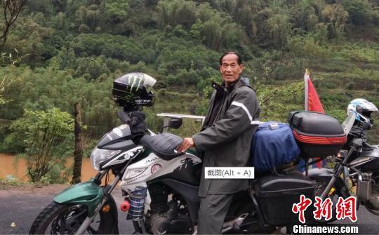 七旬老人热衷骑摩托游中国 总里程相当于绕地球12圈