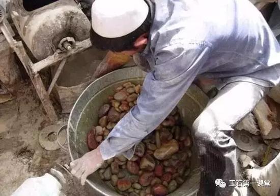 """▲一大盆""""和田籽料"""""""