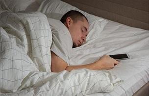 睡觉时手机放在枕边?会带来严重健康隐患