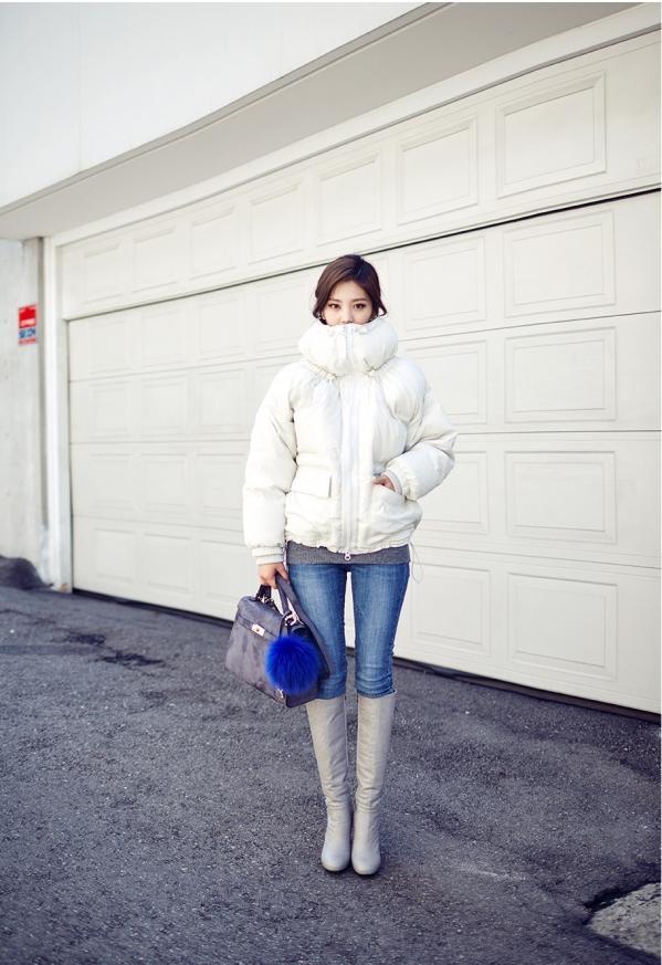 白色羽绒服配什么颜色毛衣