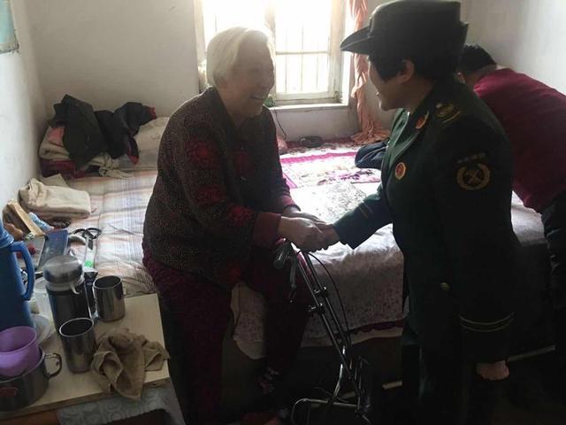 昌黎大队开展消防知识宣传为孤寡老人送爱心