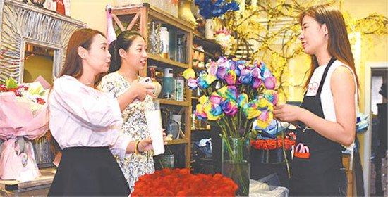 衡水不少市民前往花店选购鲜花送给心上人以表达爱意