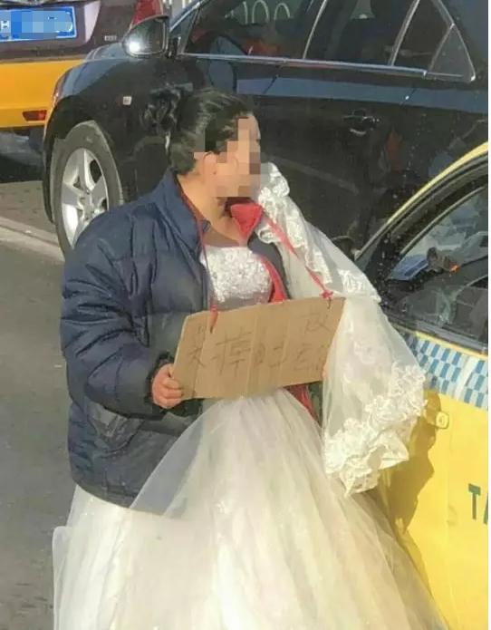 """唐山百货大楼附近一女子挂牌""""卖身救夫"""""""