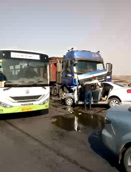 邯郸武安一轿车 热吻 大货车 一名司机重伤