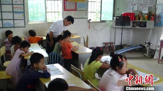 """""""80后""""教师坚守乡村20年 愿山里孩子有个快乐童年"""